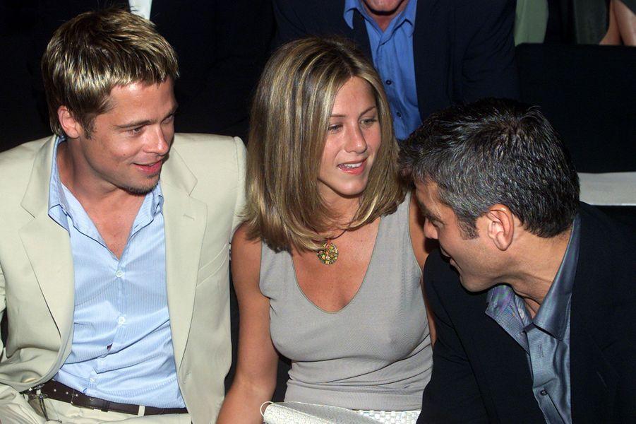 Brad Pitt, avec sa femme de l'époque, Jennifer Aniston, et George Clooney à la présentation de la collection de prêt-à-porter Giorgio Armani en juin 2001.