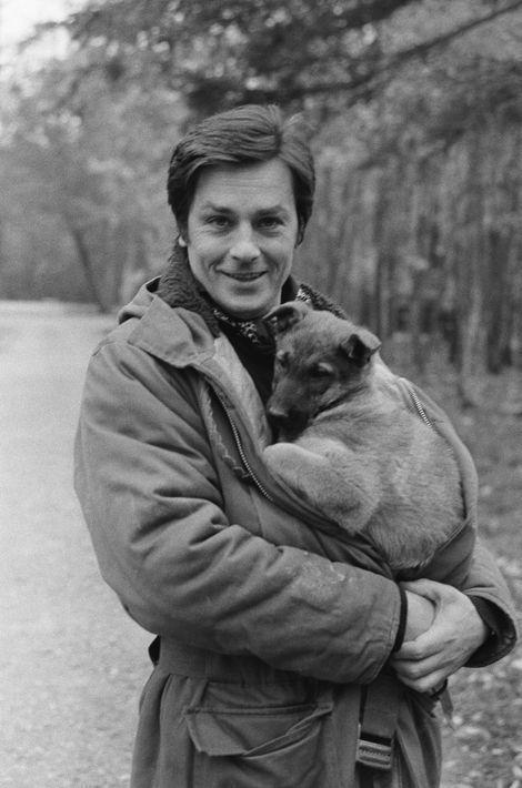 Alain Delon dans sa propriété de Douchy, 1984