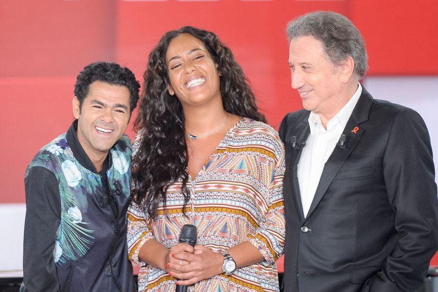 """Jamel Debbouze avec Amel Bent et Michel Drucker lors de l'enregistrement de """"Vivement Dimanche"""", le 25 mars 2015"""
