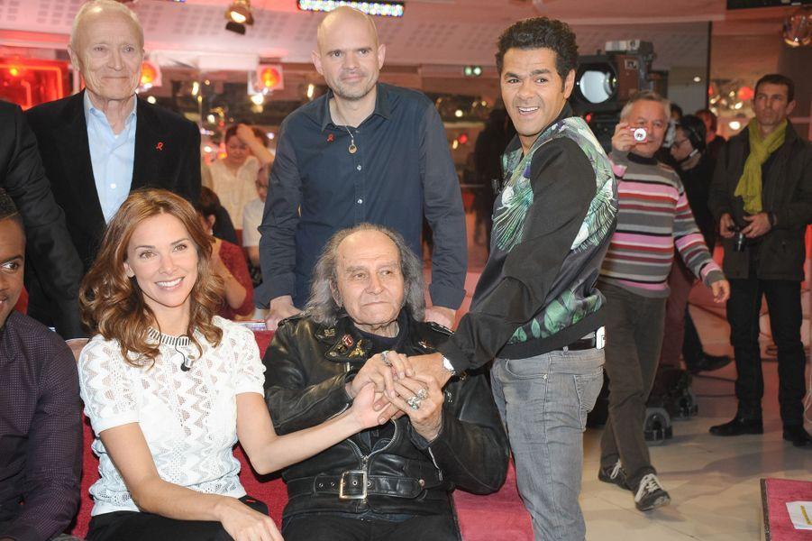 """Jamel Debbouze avec Melissa Theuriau et le père Guy Gilbert lors de l'enregistrement de """"Vivement Dimanche"""", le 25 mars 2015"""