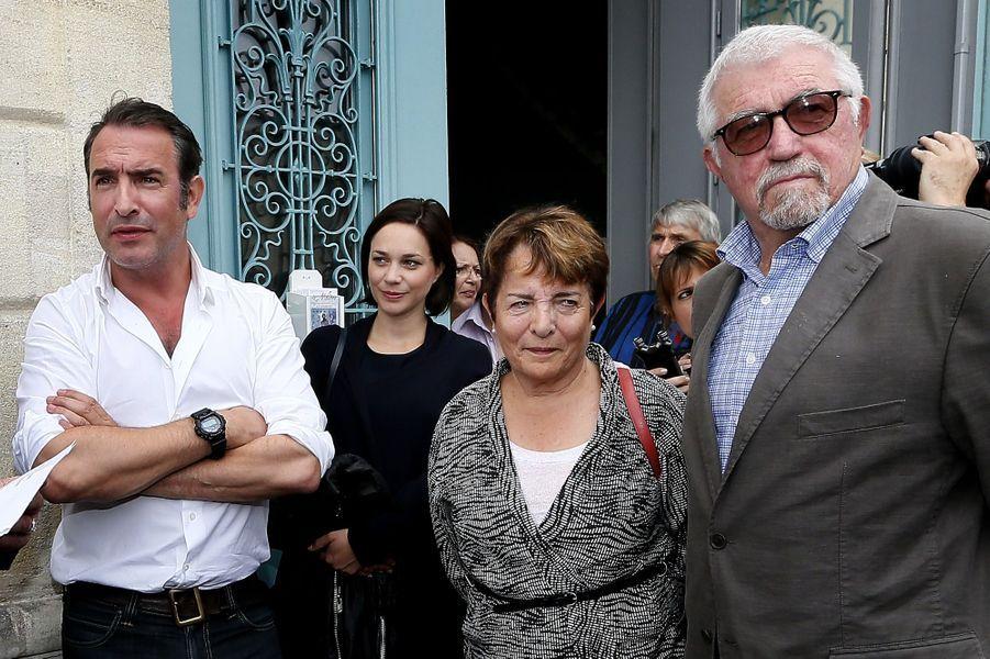 Jean Dujardin entouré de Nathalie Péchalat et ses parents