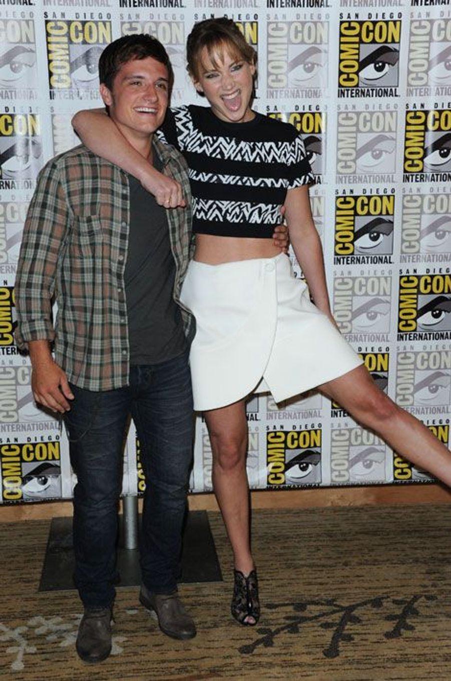 """Avec son partenaire dans """"Hunger Games"""", Josh Hutcherson, en juillet 2013"""