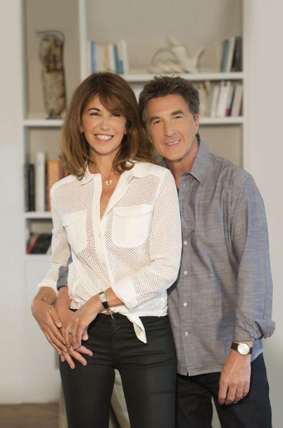 En juin 2015 pour Paris Match : François Cluzet et son épouse Narjiss prennent la pose dans leur appartement parisien.
