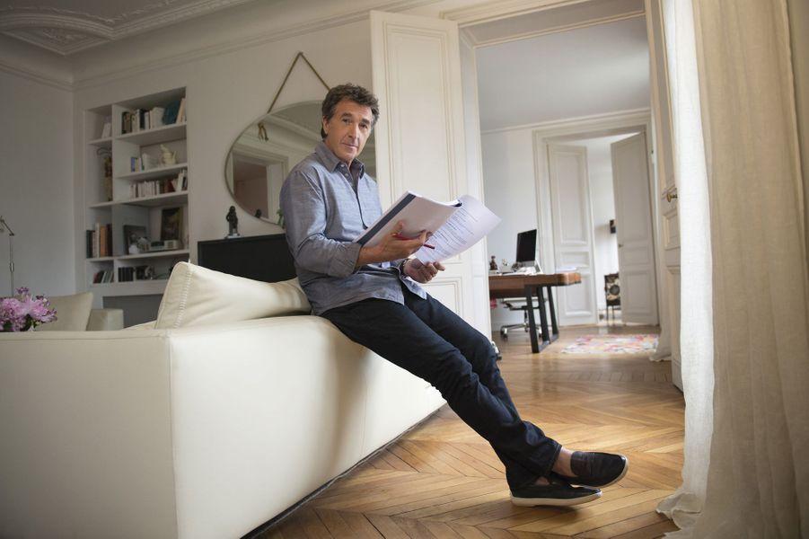 En juin 2015 pour Paris Match : François Cluzet prend la pose dans son appartement parisien.