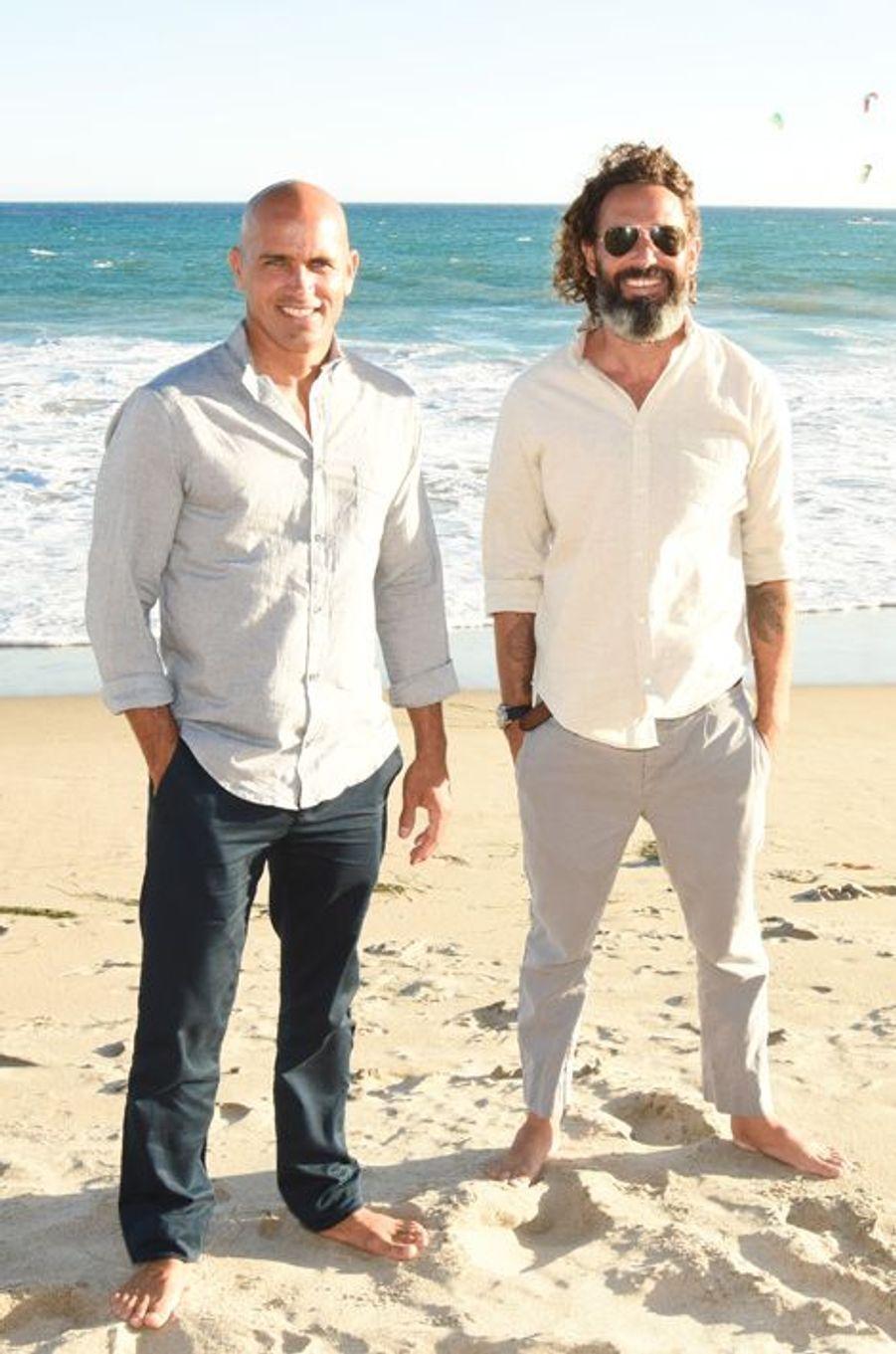 Le surfeur Kelly Slater (G) et John Moore ont organisé une soirée de lancement pour la marque Outerknown samedi dernier.