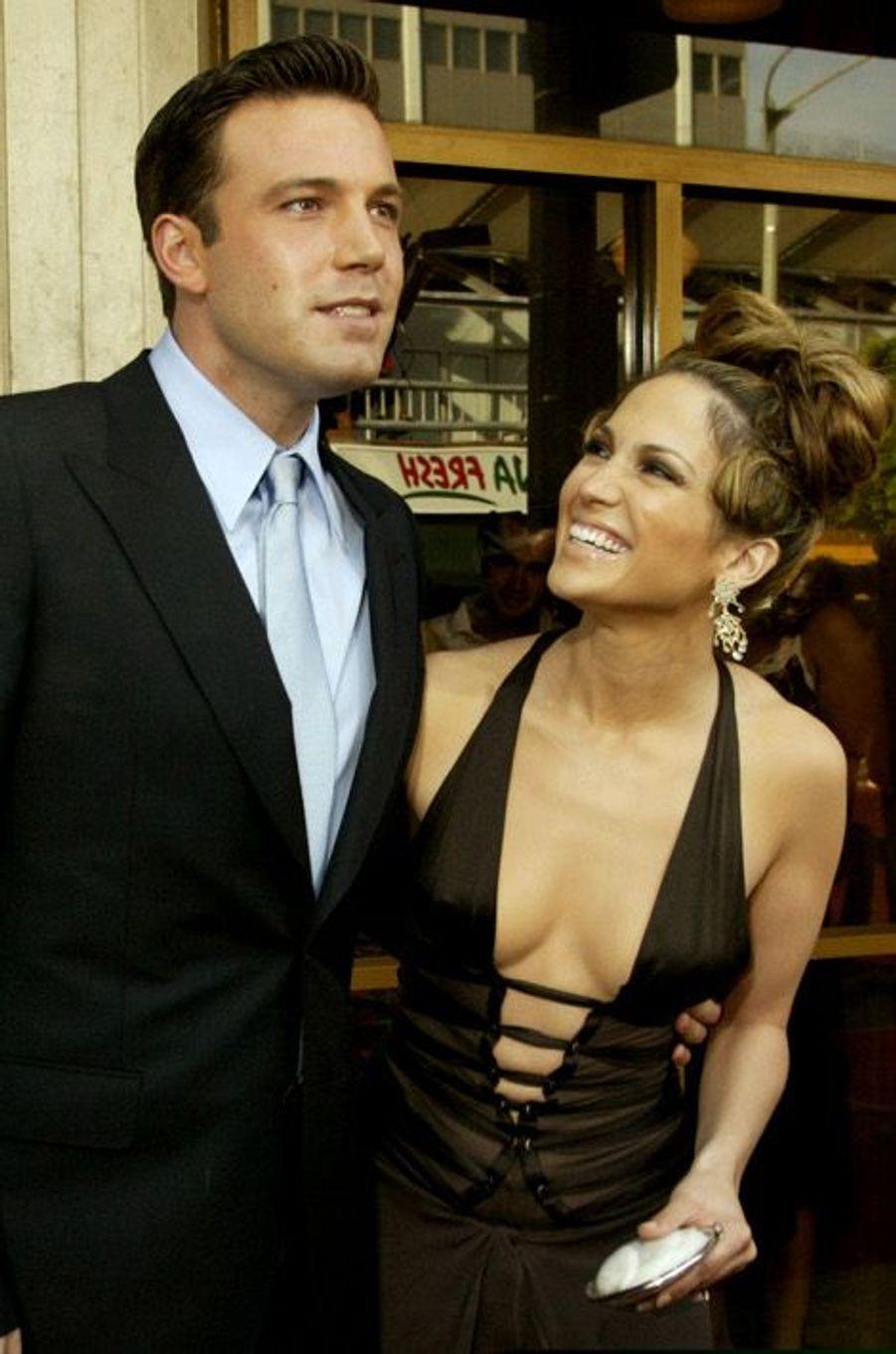 """Trop passionnée, trop tumultueuse, l'histoire d'amour entre Jennifer Lopez et Ben Affleck n'a pas fonctionnée. Pourtant, le couple s'était fiancé en 2003. Mais Ben Affleck, enfermé dans l'univers de sa compagne, a préféré mettre fin à leur relation. Une rupture difficile à digérer pour la chanteuse qui a déclaré en 2010, à la télévision américaine """"avoir eu le cœur brisé""""."""