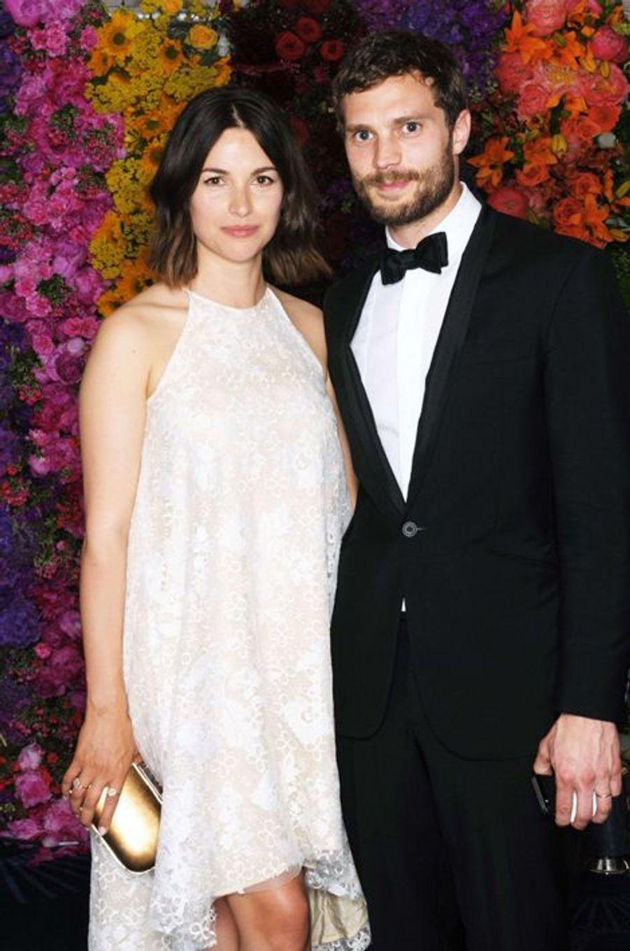 Aux côtés de son épouse, Amelia Warner