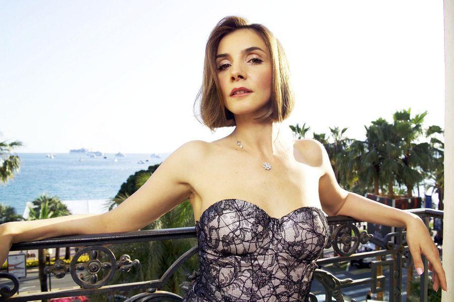L'actrice pose sur son balcon de l'hôtel Carlton à Cannes, vêtue d'une robe-bustier brodée, griffée Rochas