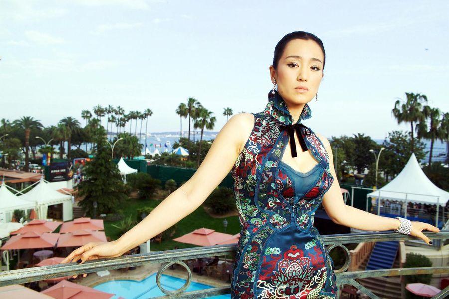Gong Li pose sur le balcon de sa chambre 242 de l''hôtel Majestic à Cannes, en robe Yves Saint Laurent Rive gauche spécialement dessinée pour elle et bijoux Chopard.