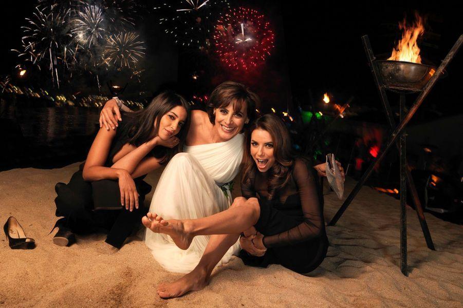 """Le trio de charme pose pieds nus sur la plage Orange lors du dîner """"very VIP"""" donné par L'Oréal célébrant ses 15 ans de partenariat avec le festival."""