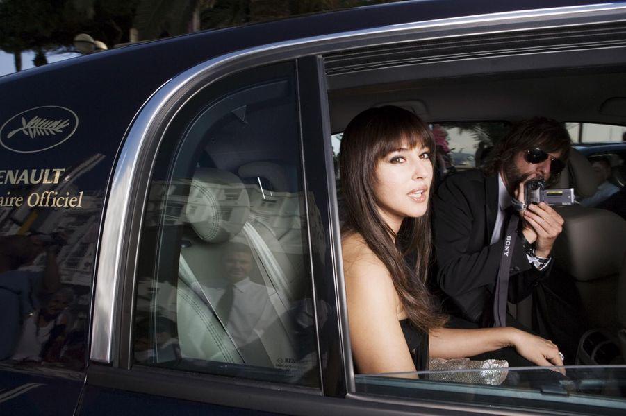 La belle Italienne est assise à l'arrière d'une voiture Renault Vel Satis dont la vitre est baissée.