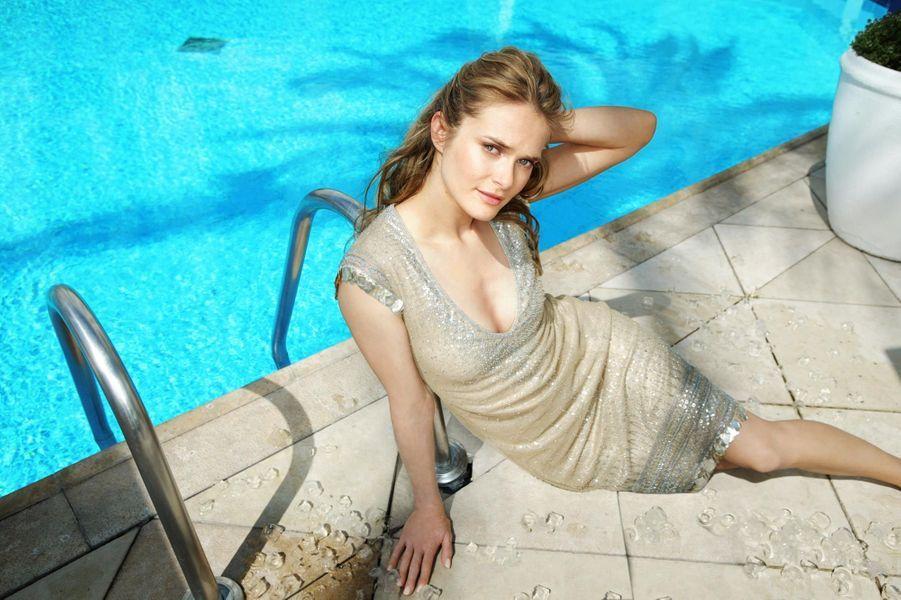 L'actrice en robe de Dkny, allongée au bord de la piscine de l'hôtel Martinez.