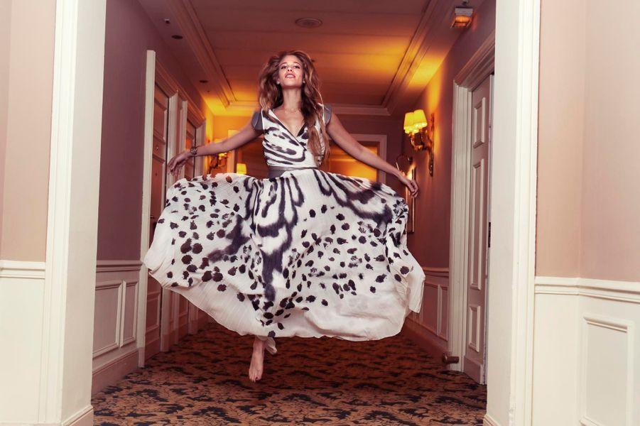 """Séance photo avec la comédienne italienne Tea Falco, vedette du film """"Moi et toi"""" de Bernardo Bertolucci présenté au 65e Festival de Cannes. L'actrice posant en robe longue dans le couloir d'un palace."""