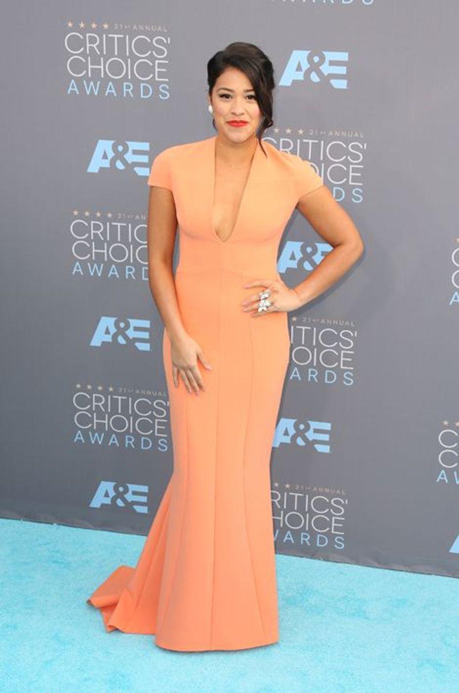 Gina Rodriguez (en robe Safiyaa)