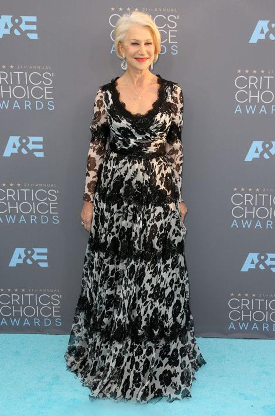 Helen Mirren (en robe Dolce & Gabbana)