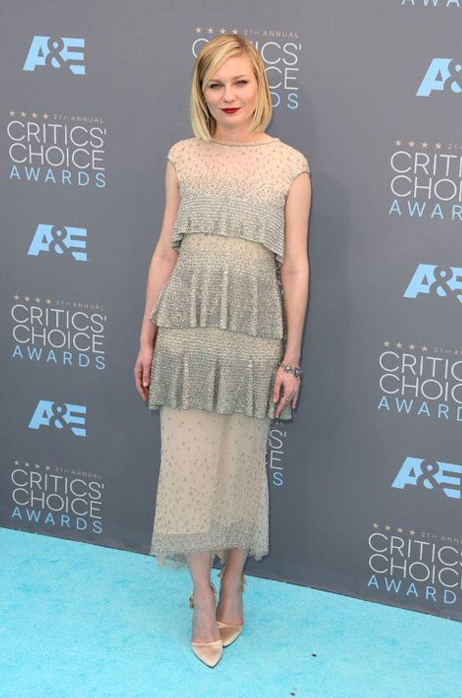 Kirsten Dunst (en robe Karl Lagerfeld)