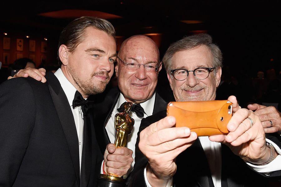 Leonardo pose pour l'histoire avec ses amis, ici avec Steven Spielberg