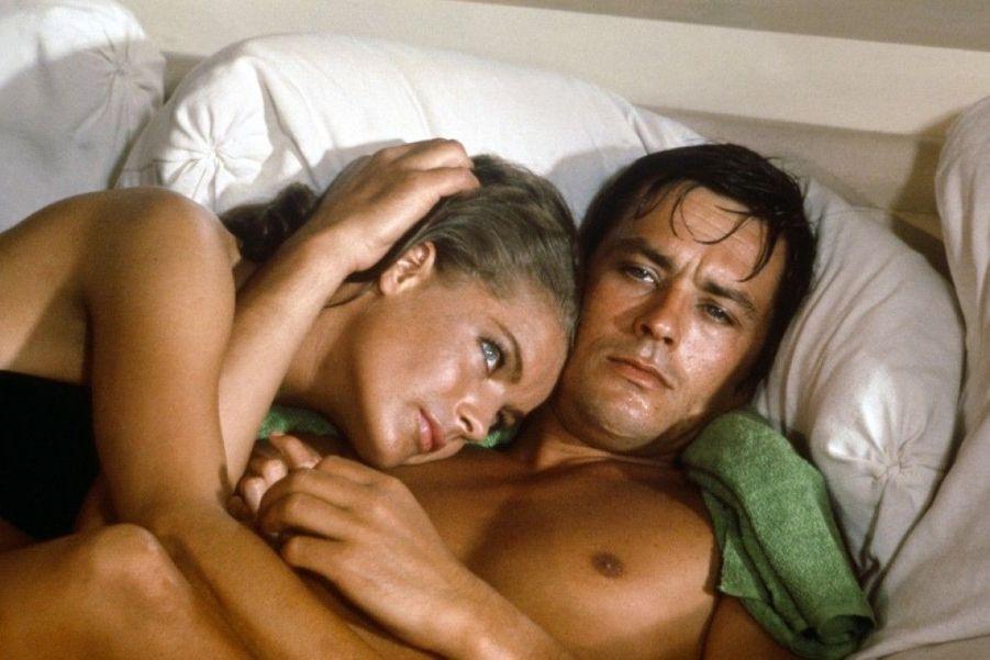 """Il se rencontrent en 1958 et se séparent en 1963, après cinq années du relations passionnel et houleuse. Ils tournent """"La piscine"""" alors qu'ils ne sont plusensemble en 1969. Delon dira de Romy (décédée en 1982 à seulement 43 ans) qu'elle a été son plus grand amour.Film : """"La piscine"""" - 1969"""