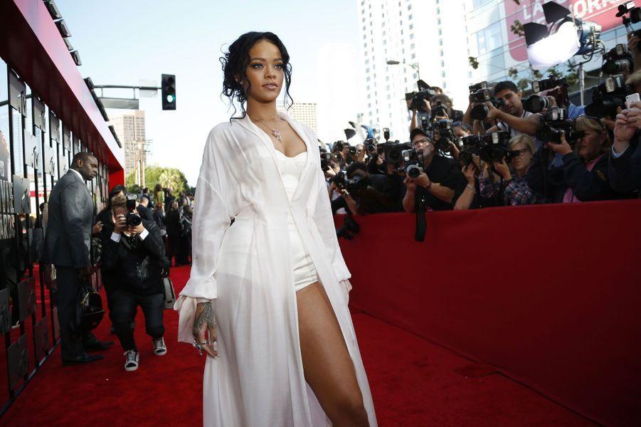 Les MTV Movie Awards se sont déroulés dimanche à Los Angeles. De nombreuses stars avaient fait le déplacement pour cette cérémonie glamour et toujours surprenante. La sexy Rihanna était présente pour un duo avec le rappeur Eminem. De son côté, Zac Efron a fait monter la température en remportant le prix de la meilleure performance torse nu. Le trophée du meilleur film est revenu à «Hunger Games: L'Embrasement».