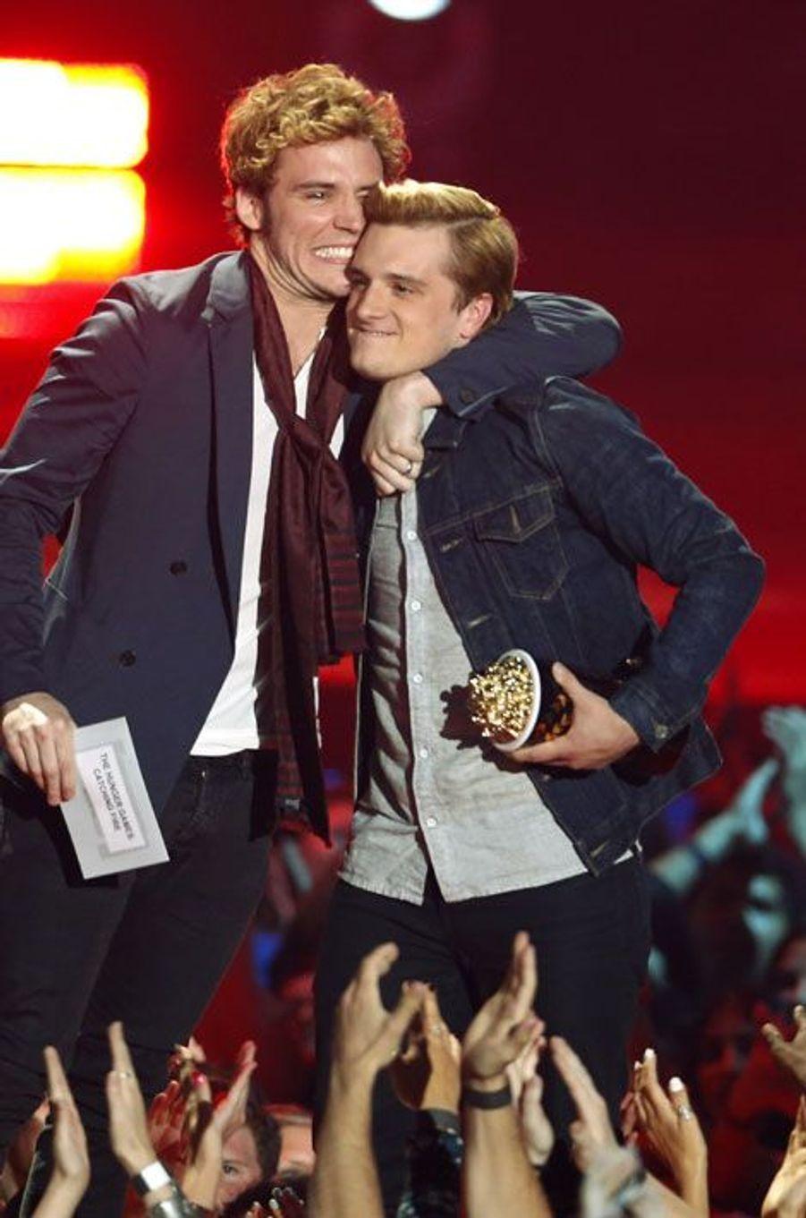 """Les deux acteurs reçoivent le prix du meilleur film pour """"Hunger Games: L'Embrasement"""".Josh Hutcherson avait reçu plus tôt dans la soirée le trophée du meilleur acteur. Celui de la meilleure actrice est revenu à Jennifer Lawrence, qui était absente."""