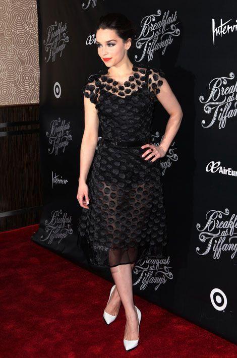 """Emilia Clarke en Dolce & Gabbana à la première de """"Breakfast At Tiffany's"""", en mars 2013"""
