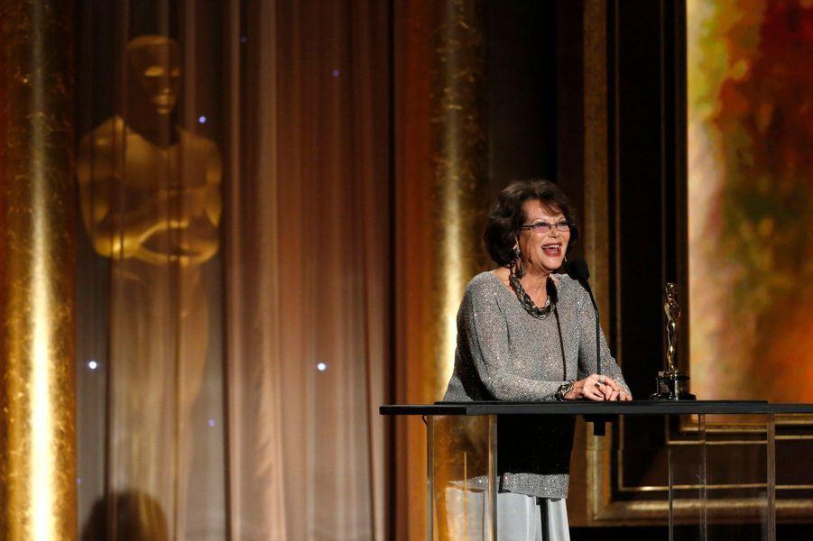 Claudia Cardinale accepte une récompense au nom du costumier Piero Tosi