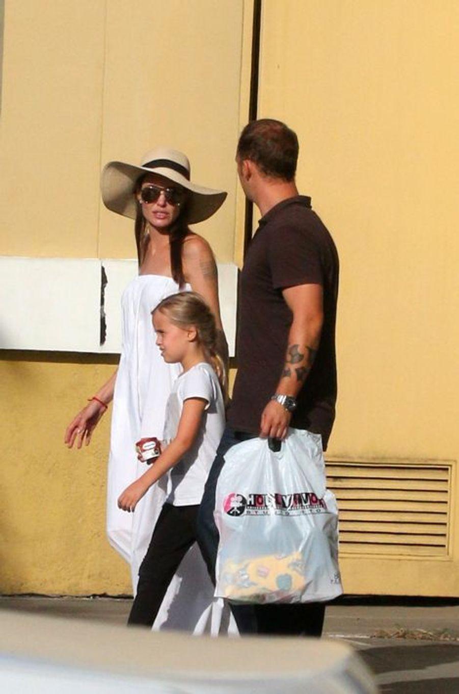 Angelina Jolie et ses enfants Shiloh, Vivienne et Knox sur une plage de Phuket, le 24 décembre 2015