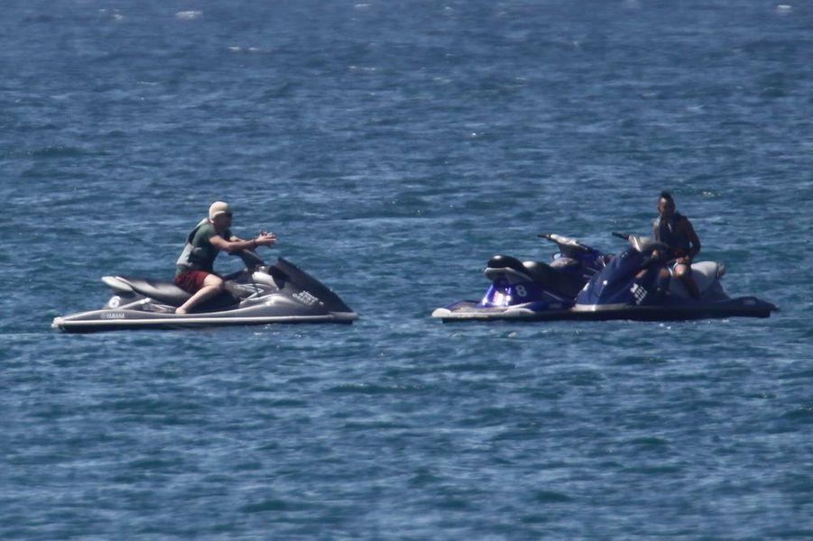 Pax et son frère Maddox font du jet-ski, le 25 décembre 2015. Pax se cassera la jambe lors de cette sortie en mer.