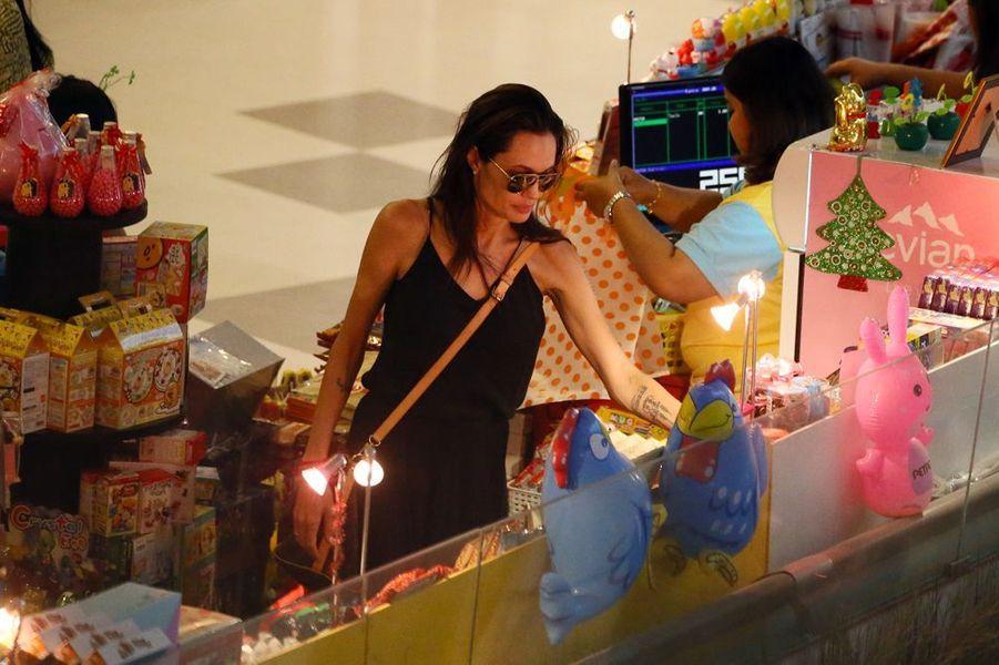 Séance shopping pour Angelina Jolie et ses enfants au centre commercial de Phuket, le 27 décembre 2015