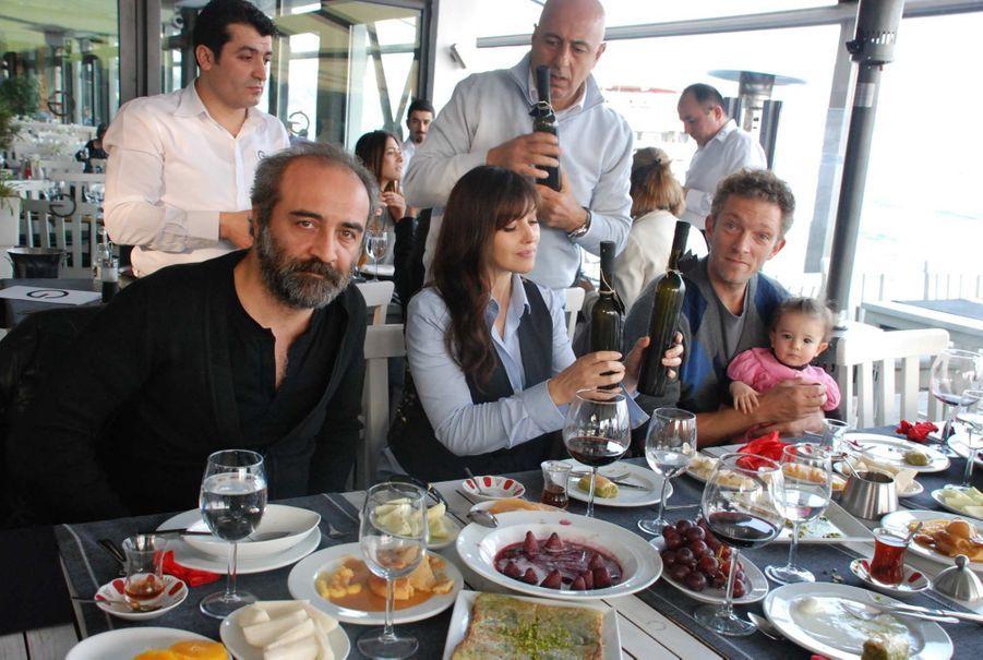 Mars 2011. Vincent Cassel avait rejoint Monica sur le tournage de «La Saison des rhinocéros», en Turquie. Leur petite Leonie est sur les genoux de son papa.