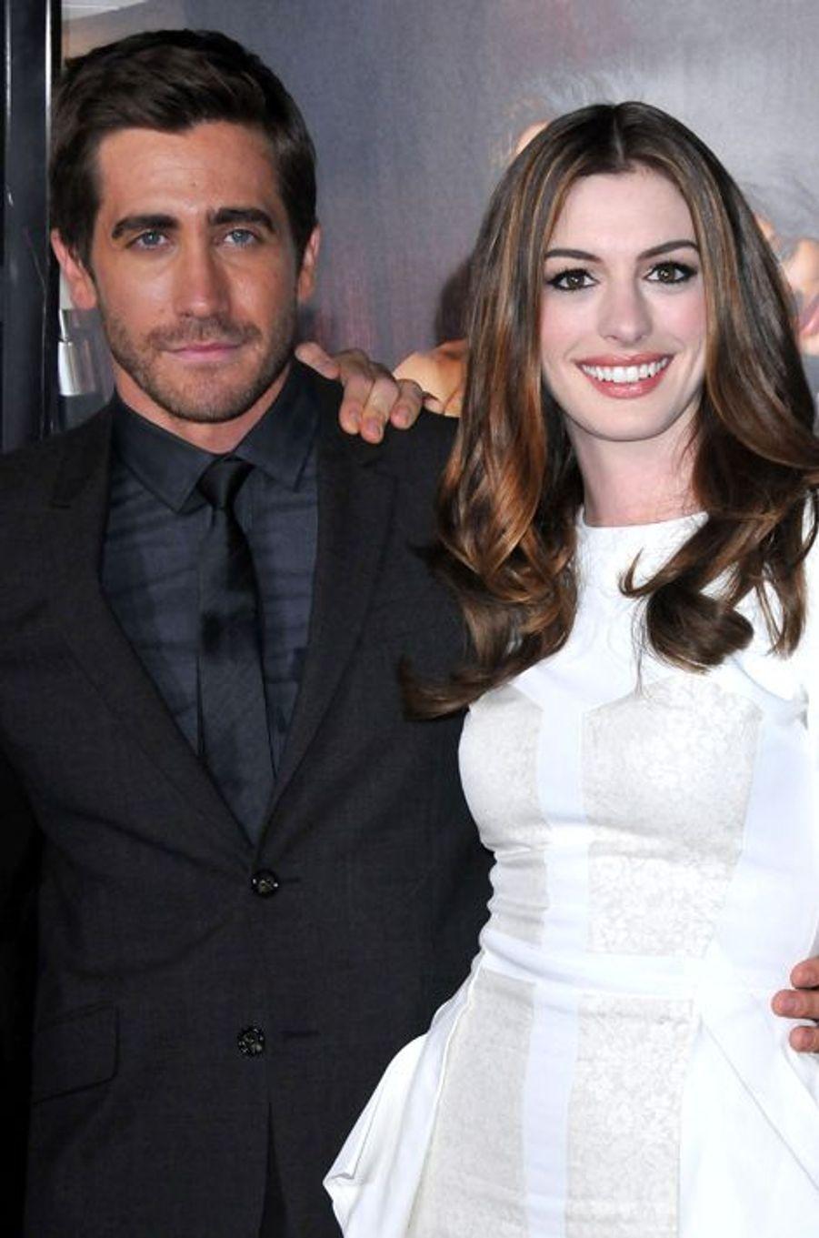 Déjà réunis en 2005 dans «Le Secret de Brokeback Mountain», le petit frère de Maggie Gyllenhaal et la star révélée dans «Le diable s'habille en Prada» se sont retrouvés cinq ans plus tard dans «Love, et autres drogues». Une deuxième collaboration qui a soudé leur amitié. «Anne a fait ce film pour une seule et unique raison : elle voulait coucher avec moi. Et je ne peux vraiment pas la blâmer. J'étais l'énième acteur à qui on offrait le rôle et personne ne voulait tourner nu avec Anne. Mais comme j'avais besoin de ce job, j'ai eu pitié d'elle et j'y suis allé», déclarait Jake sur le ton de la plaisanterie au site «Sky News» à l'époque.