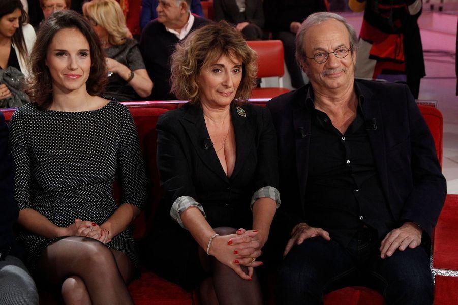 """Patrick Chesnais avec sa femme Josiane Stoléru et et leur fille Emilie Chesnais dans """"Vivement Dimanche"""", le 14 janvier 2015"""