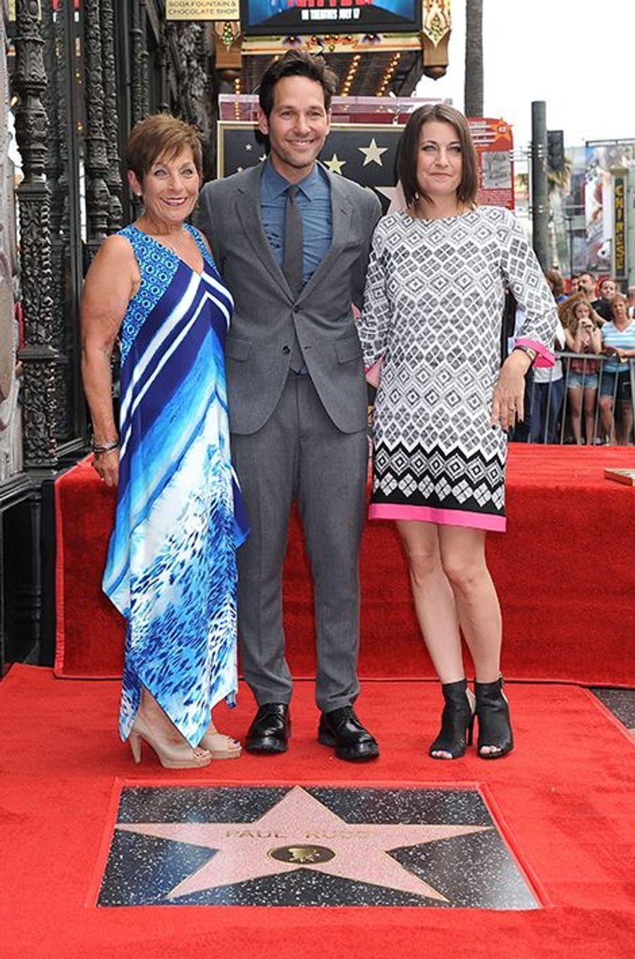 Paul Rudd, entouré de sa mère et de sa soeur à Los Angeles le 1er juillet 2015