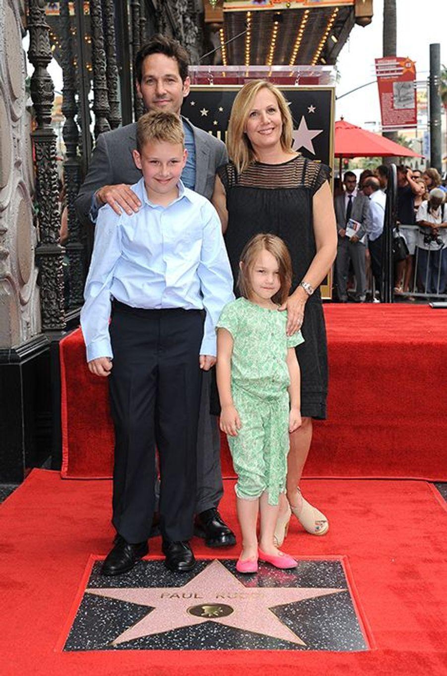 Paul Rudd, son épouse Julie et leurs trois enfants à Los Angeles le 1er juillet 2015