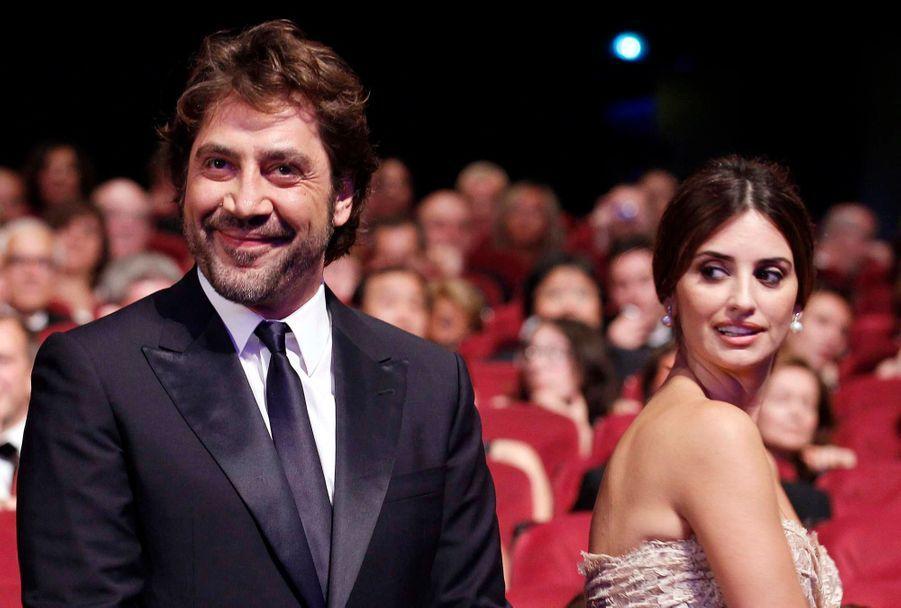 Deux mois avant leur mariage, Javier reçoit le Prix d'interprétation masculine pour Biutiful, d'Alejandro González Iñárritu. Sa fiancée est à ses côtés.