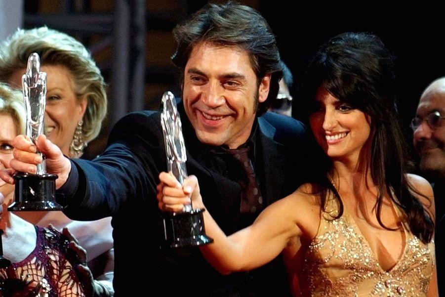 Penélope Cruz et Javier Bardem brandissant leurs trophées de la meilleure actrice européenne et lui du meilleur acteur aux Prix du cinéma européen à Barcelone –elle pour «Volver» de Pedro Almodóvar, et lui pour «Mar adentro» d'Alejandro Amenábar, en 2006.