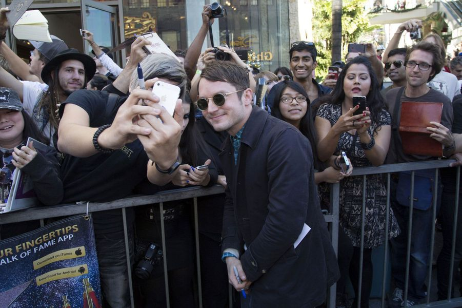 Elijah Wood prend la pose avec les fans