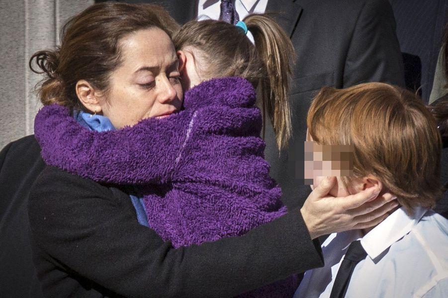 Mimi O'Donell serre ses enfants dans ses bras.