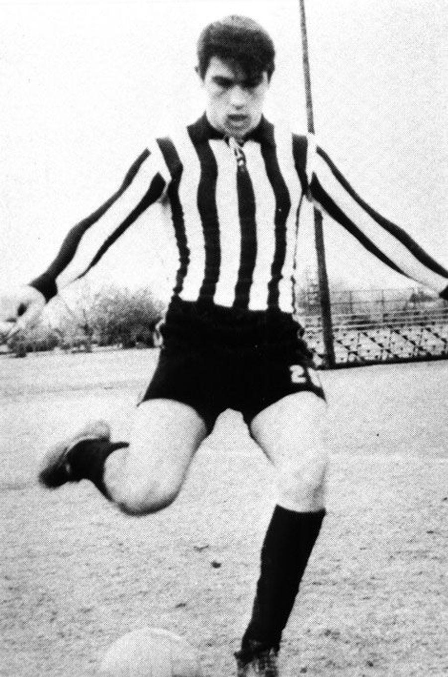 Découvrez le nom de cette star en surlignant le texte ci-après: =><font color=black><b>Tommy Lee Jones, célèbre «Men In Black», joue au football en 1965.</font></b><=<br><br><br>