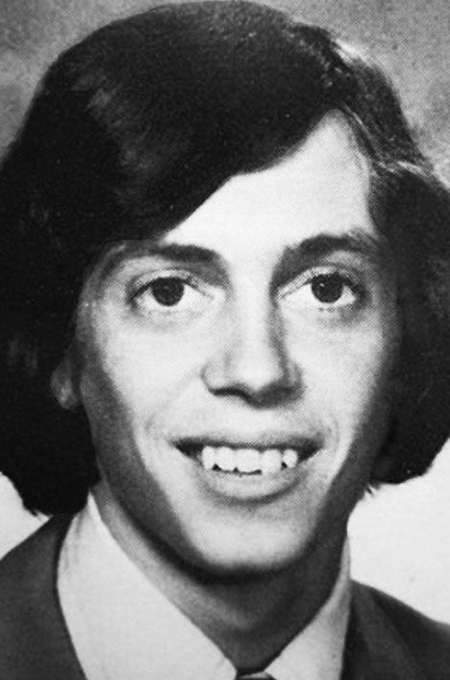 Saurez-vous identifier les onze célébrités représentées sur ces clichés datant de leurs années lycées? Découvrez le nom de cette star en surlignant le texte ci-après: =><font color=black><b>Steve Buscemi, la star de «Boardwalk Empire», en 1975.</font></b><=<br><br><br>