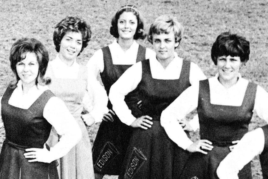 Découvrez le nom de cette star en surlignant le texte ci-après: =><font color=black><b>Susan Sarandon, au centre, en 1964.</font></b><=<br><br><br>