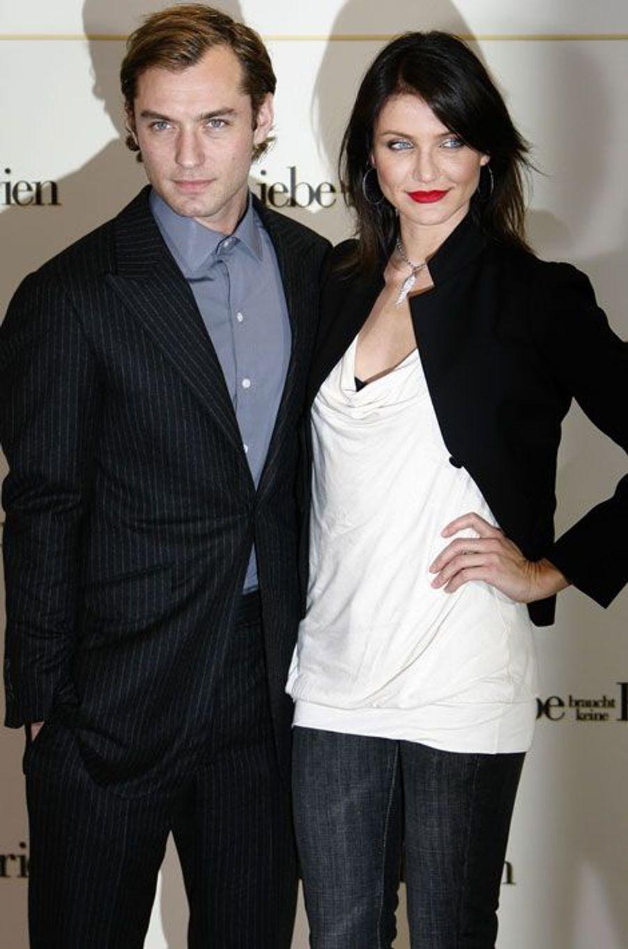 Une rumeur lui prête une idylle avec Jude Law, sa costar dans «The Holiday » (2006-2007)…