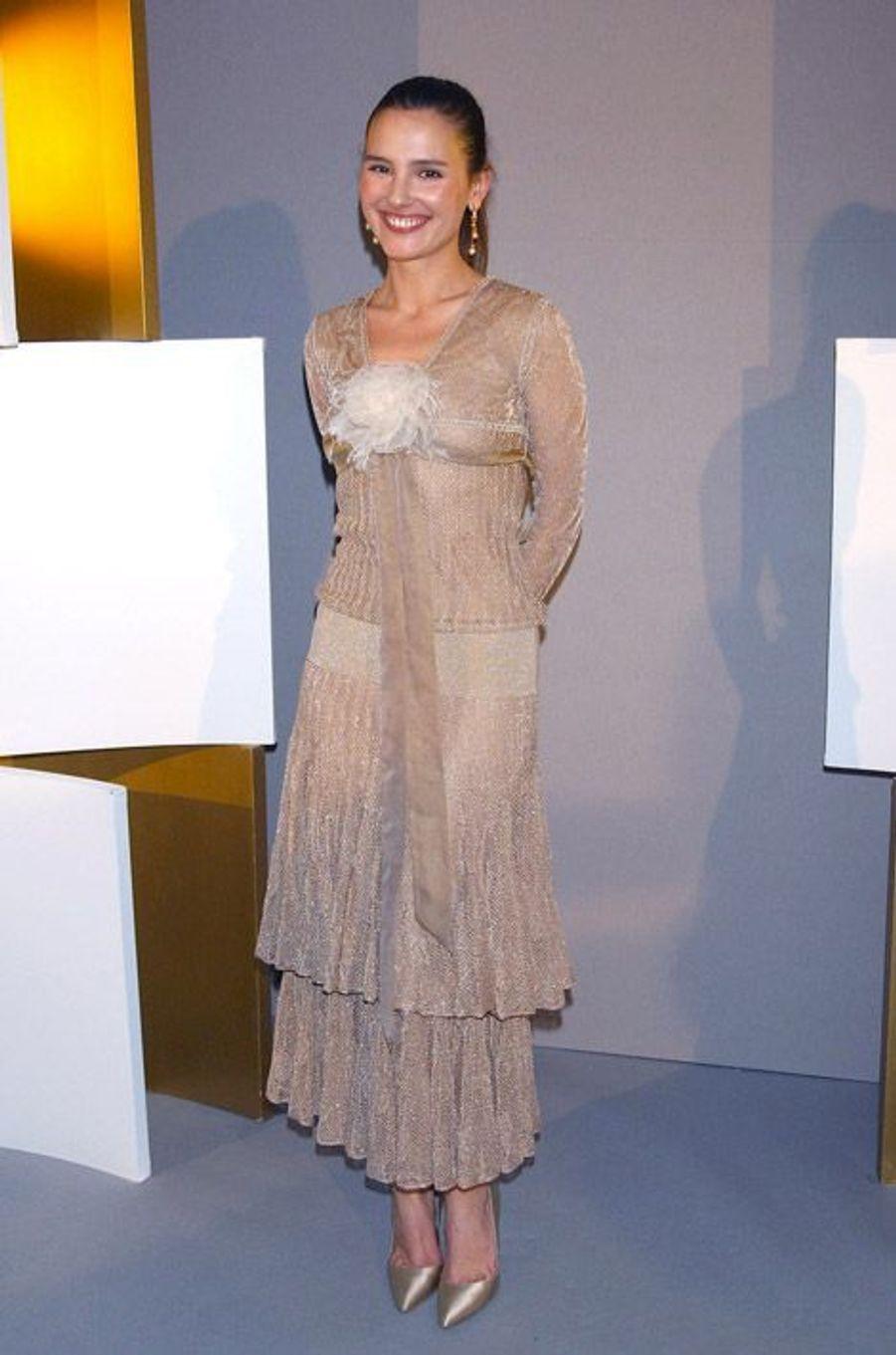 Dans une robe champagne transparente à Paris, le 21 février 2004 pour la cérémonie des César
