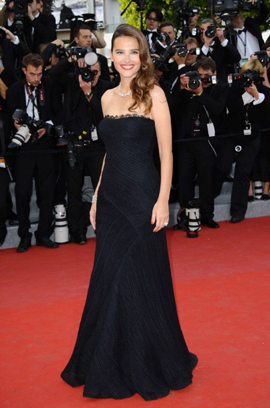 """En robe bustier noire pour la projection du film """"De Rouille et d'os"""" au festival de Cannes, le 17 mai 2012"""