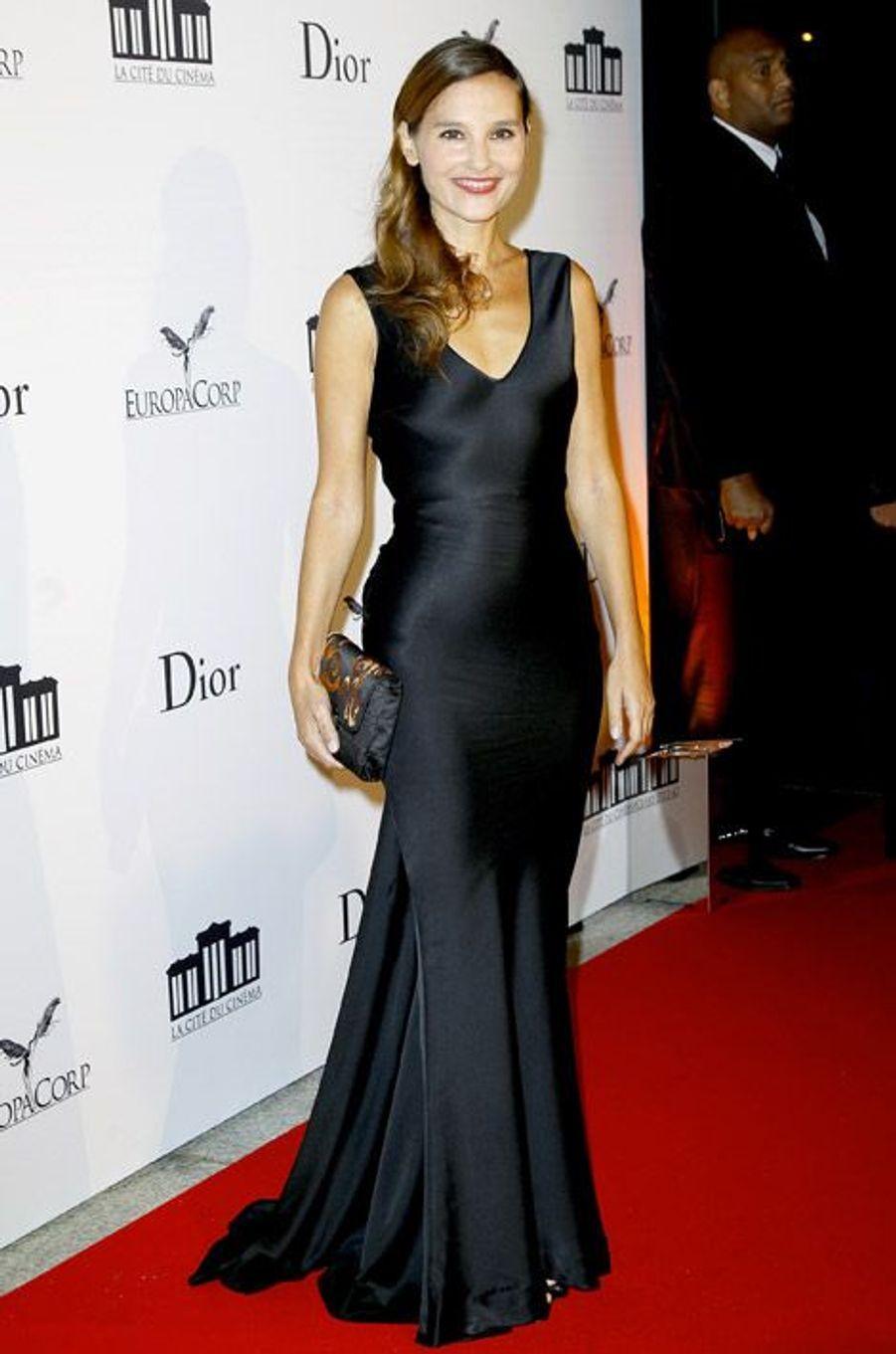 Glamour en satin noir pour l'inauguration de la Cité du cinéma à Saint-Denis, le 21 septembre 2012