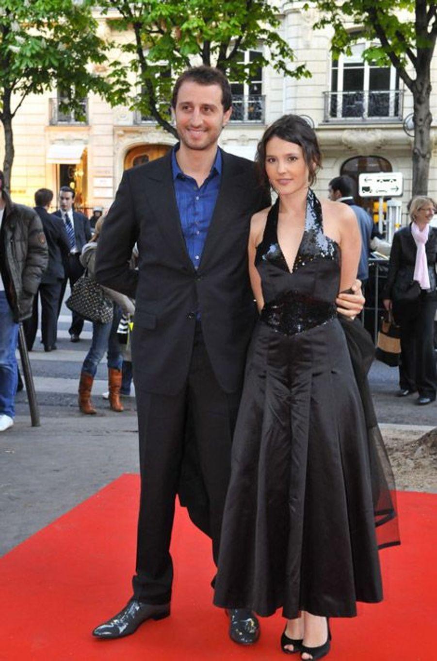 """Jupon et robe midi avec son compagnon, Arieh Elmaleh, lors du gala """"Musique contre l'oubli"""" à Paris, le 23 avril 2008"""