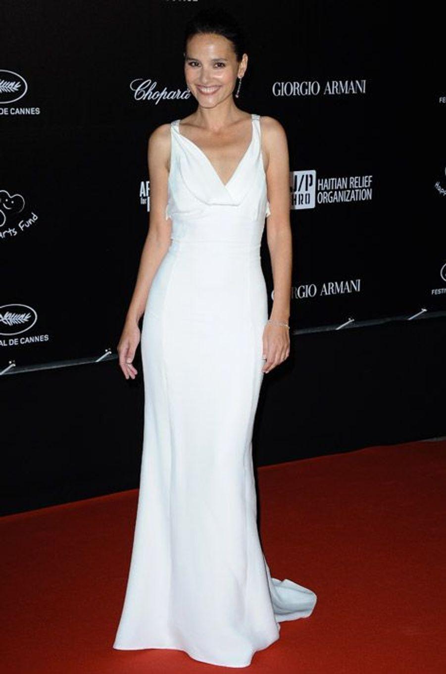Lumineuse en blanc lors du Festival de Cannes, en 2012