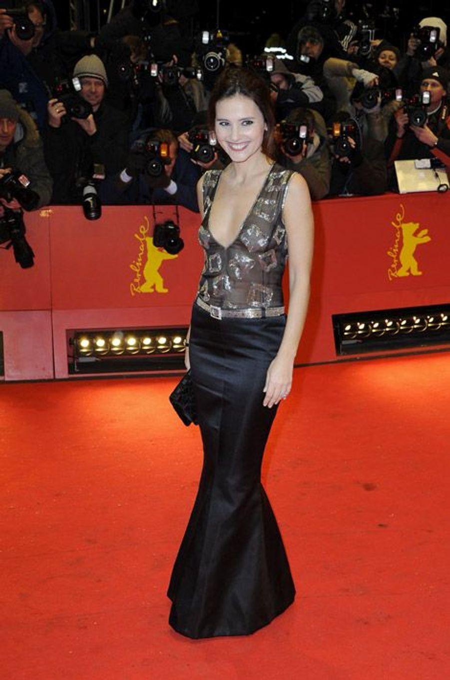 """Un décolleté très sexy lors de la Berlinale, à Berlin,pour la présentation de son film, """"Les Adieux à la reine"""", le 9 février 2012"""