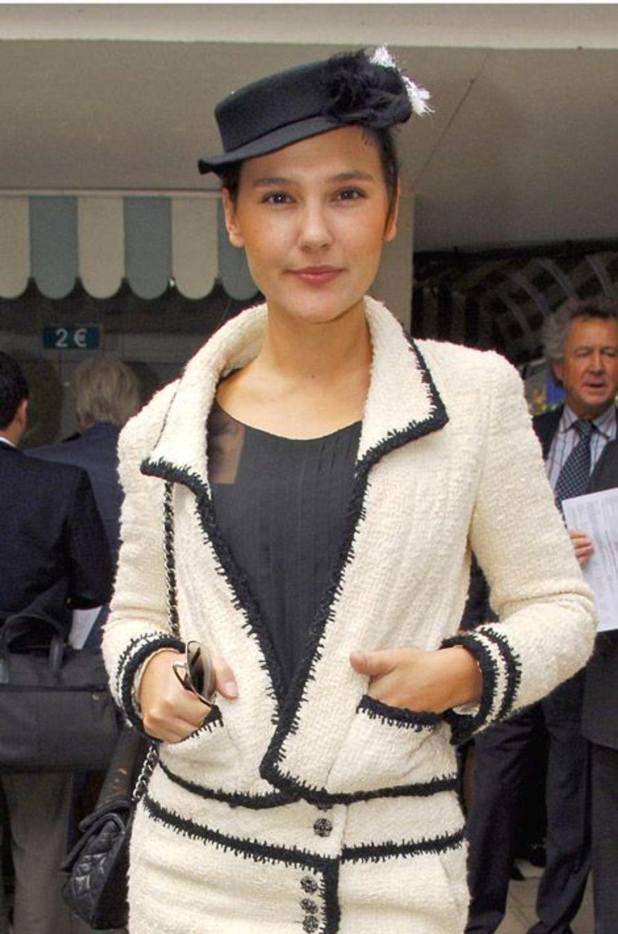 Une fille Chanel par excellence, en 2006, pour le 85ème prix de l'Arc de Triomphe à Longchamp
