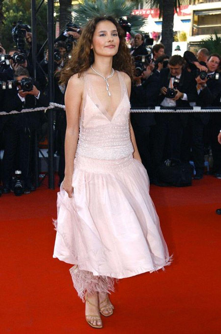 Une jeune femme radieuse lors du festival de Cannes en 2003